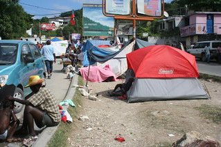 Haiti s isme un petit camp en pleine rue sur la route du for Medlab canape vert haiti