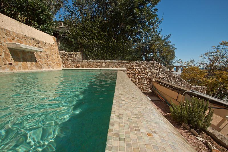 Detalle gresite color crema piscina desbordante con for Gresite piscinas colores