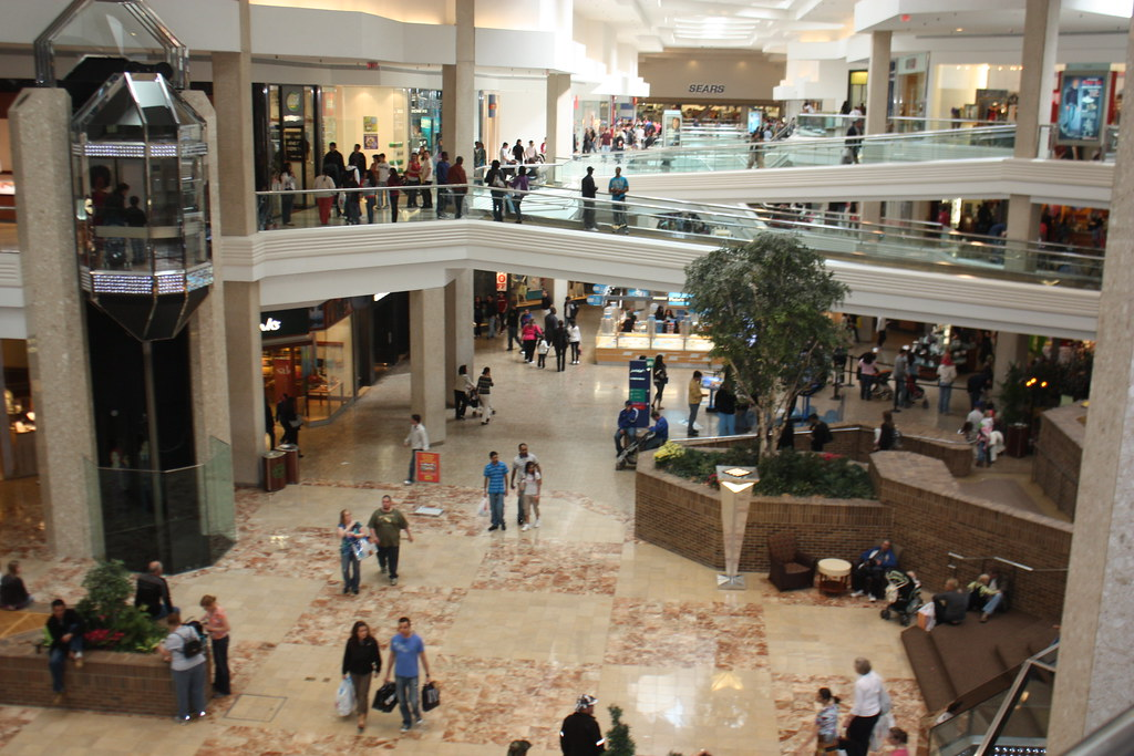 descriptive essay about a shopping mall Descriptive paragraph: the mall i think the essay loses some of its spunk when it is made impersonal by the use of one highly descriptive article.