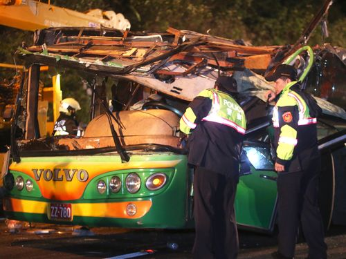 台湾のバス横転事故で死者33人