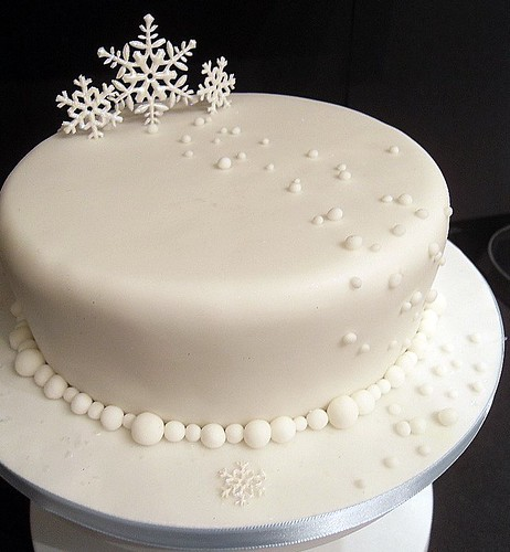 Snowflake christmas cake a rich christmas fruit cake for Iced christmas cakes