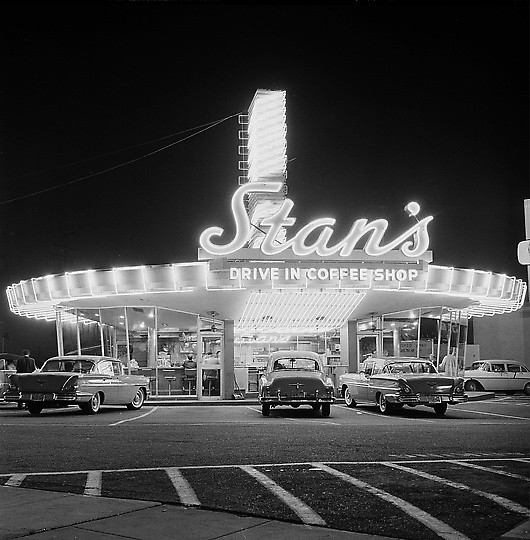 Stan's Drive-in, Hollywood 1958 | This is a nighttime view ...