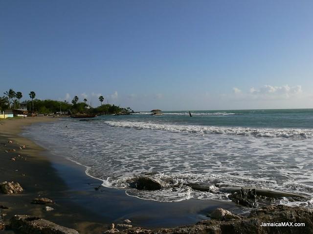 Černý písek v zátoce Calabash Bay