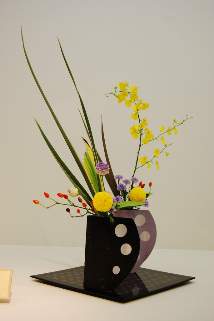Ikebana Ikenobo In Modern Vase Modern Ikenobo Arrangement Flickr