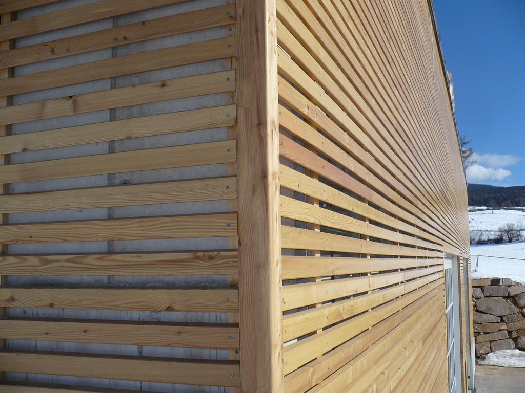 Particolare angolo del rivestimento a doghe in legno di la for Rivestimento legno