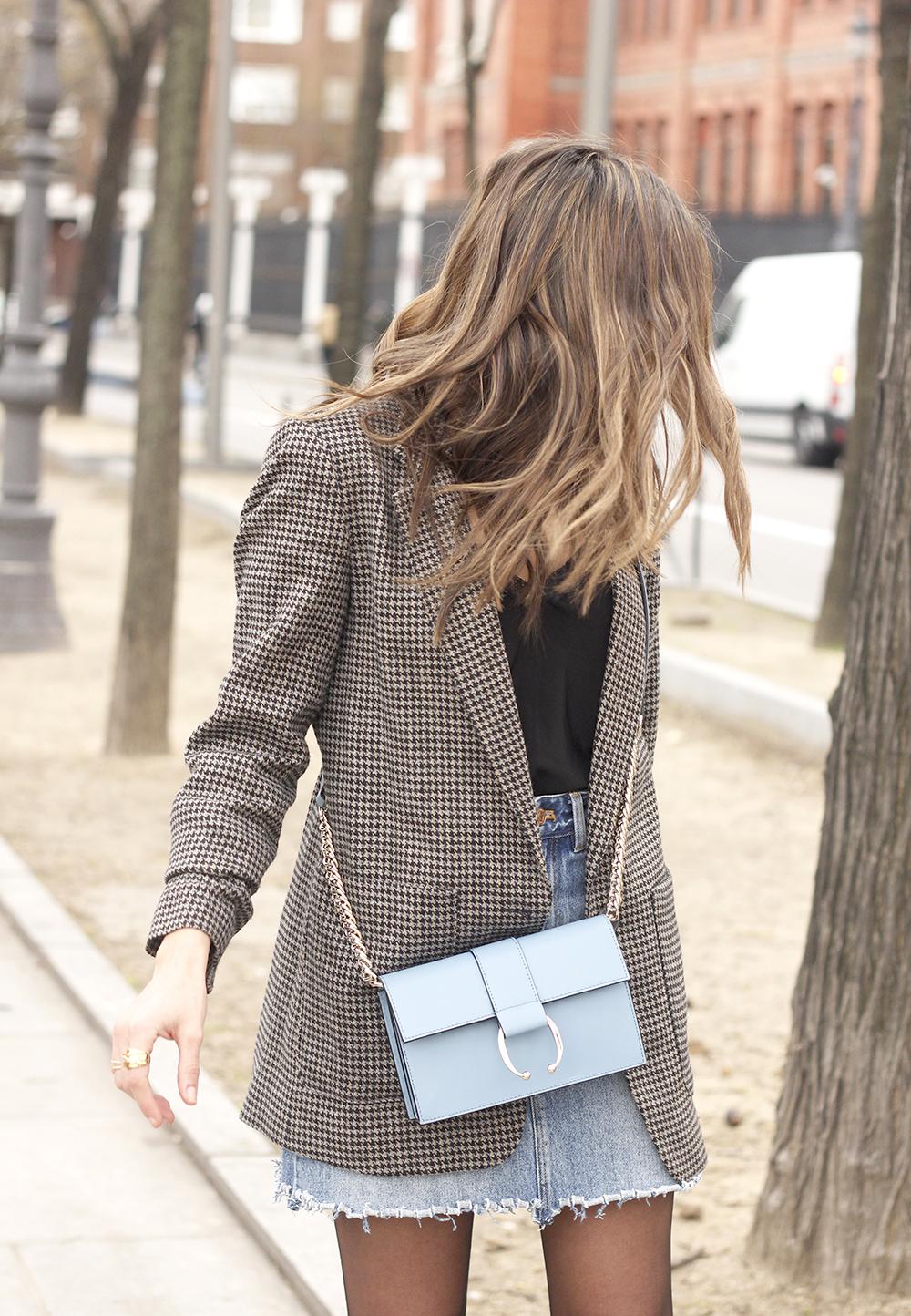 houndstooth blazer jacket denim skirt blue uterqüe bag black heels style fashion outfit04