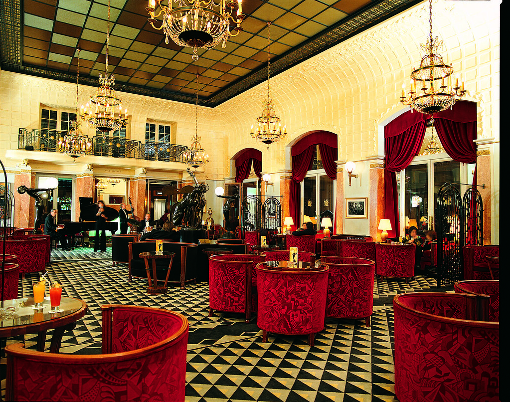 Art deco interior design with red seats and cool ceiling a for Hotel design france