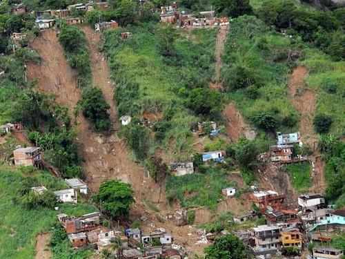 o deslizamento de terra derrubou cerca de 50 casas no morr� flickr
