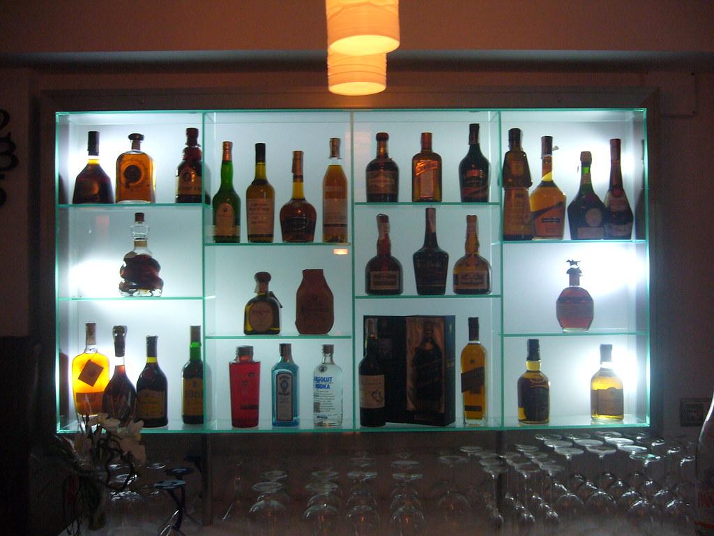 Estanteria de cristal para botellas con retroiluminación. | Flickr