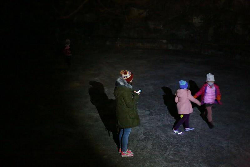 在昏暗的乾水池中玩耍的小朋友