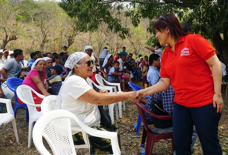 Pdta Alvanés visita familias de Coop. El Mirador, Panchimalco