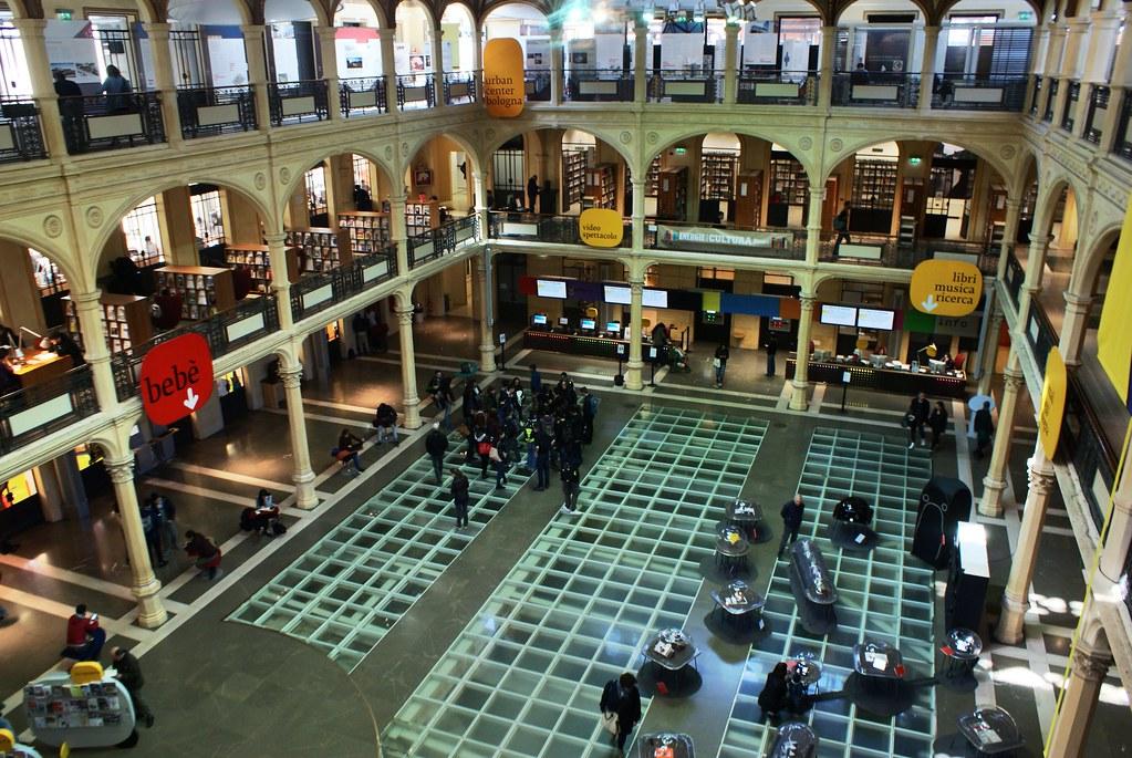 La bourse transformé en bibliothèque à Bologne.