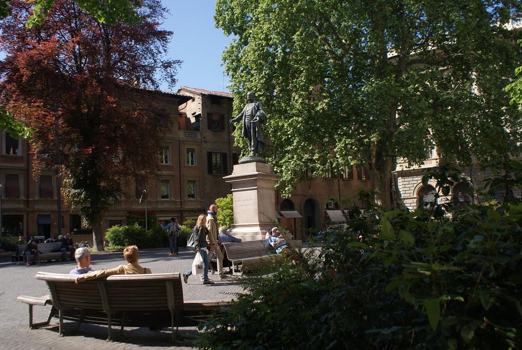 L'agréable Piazza Minghetti sur la via Farini dans les beaux quartiers de Bologne.