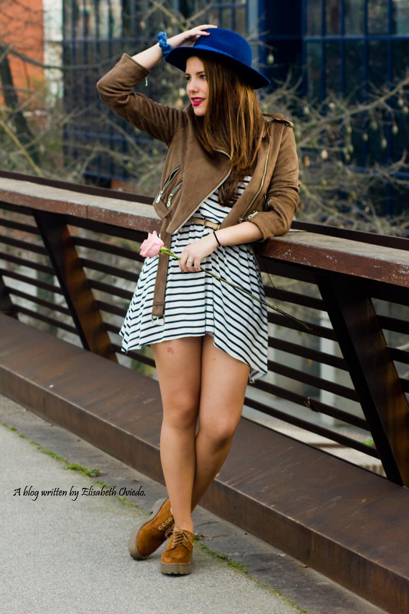 vestido navy chaqueta marrón sombrero azul stradivarius heelsandroses rosas barcelona (1)