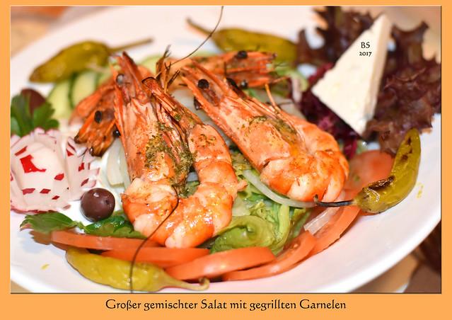 """Ein Abendessen beim Griechen in Mannheim-Seckenheim. Als Vorspeise gab es einen Teller voller pikanter gegrillter Peperoni ... köstlich. Als Hauptgang habe ich mir den großen gemischten Salat mit Garnelen ausgesucht - und als """"Nachtisch"""" gab's Uozo :-) Kalí órexi und jamas !!! Fotos: Brigitte Stolle, April 2017"""