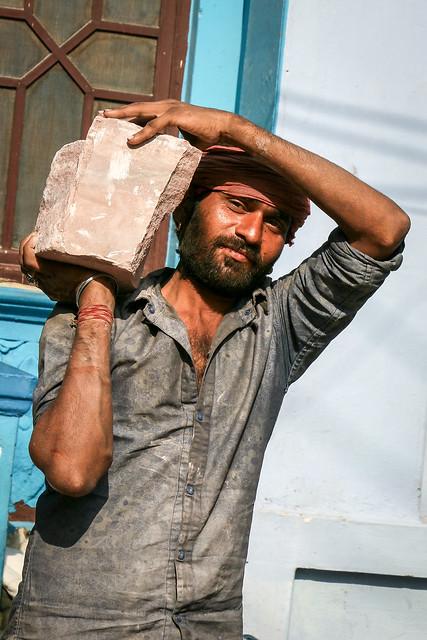 A construction worker, Jodhpur, India ジョードプル イケメンな建設作業員の兄ちゃん
