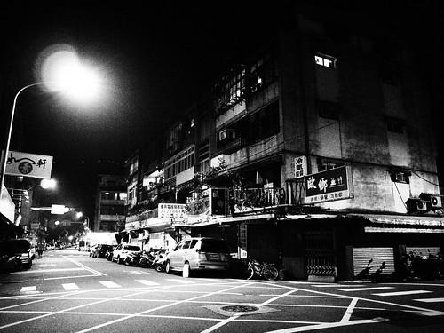 台北の街の十字路の写真