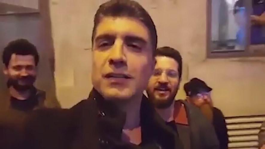 Özcan Deniz sokak müzisyenleri ile birlikte