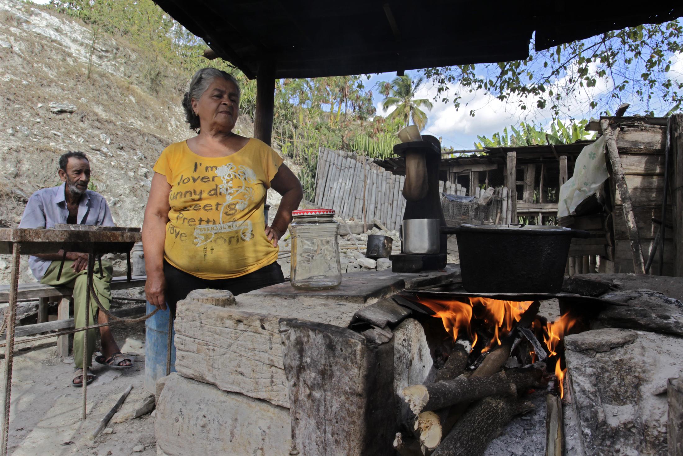 El amor odio de las familias rurales cubanas por el fog n for Cocinar para 40 personas
