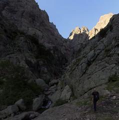 Ravin supérieur de Laoscella : le traverser et prendre en RD la vire à suivre pour rejoindre le couloir de Serra Pianella