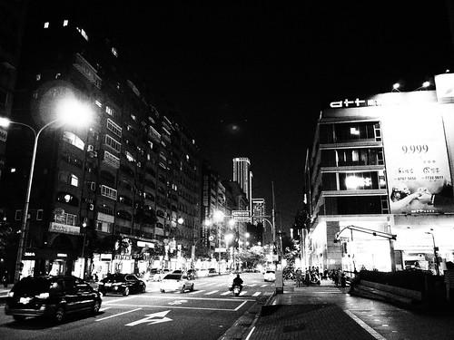 台北の大通りのモノクロ写真