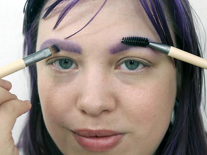 Mijn wenkbrauwen bijtekenen met paarse oogschaduw