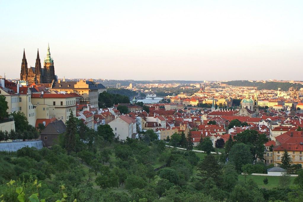 Vue sur Prague depuis le monastère de Strahov au coucher du soleil.