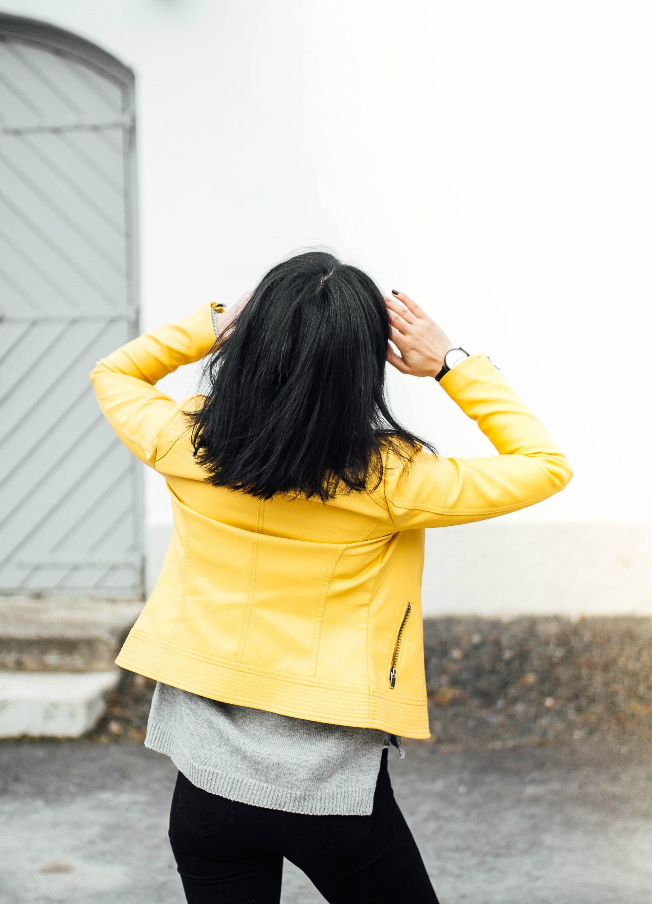 keltainen nahkatakki