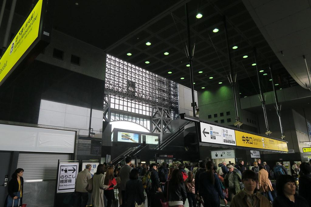 我錯了,京都車站大廳是人潮大爆炸狀態!! 這是平日耶?!