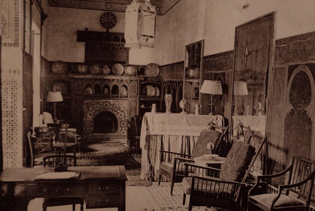 Ancienne carte postale d'un intérieur marocain au début du 20e siècle (appartement d'Européens ?).