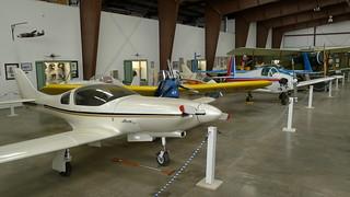 Kleinflugzeuge aufgereiht