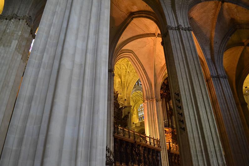 La nave central y sus enormes pilares.