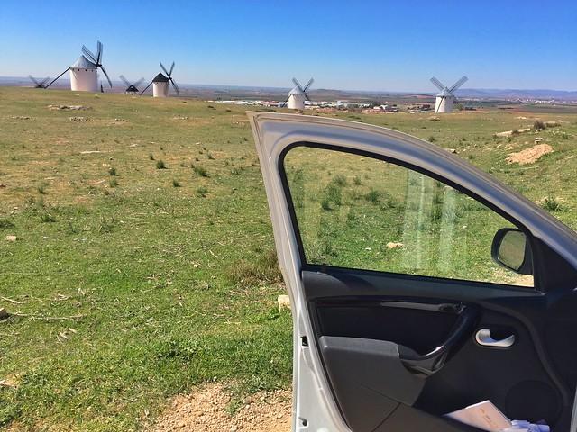 En coche haciendo una ruta de los molinos de viento en La Mancha