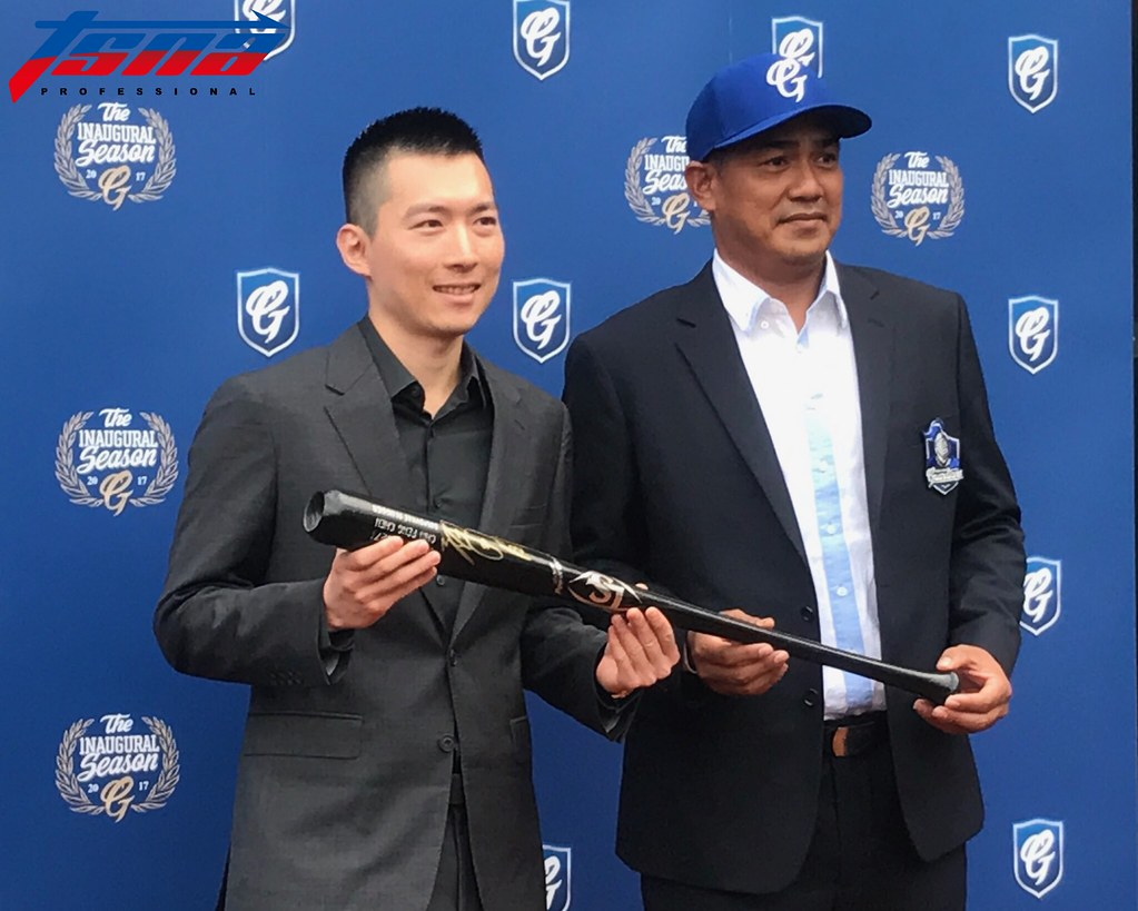 富邦領隊蔡承儒(左)、副領隊陳金鋒。(李心筠/攝)