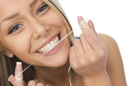Коли потрібно чистити зуби ниткою