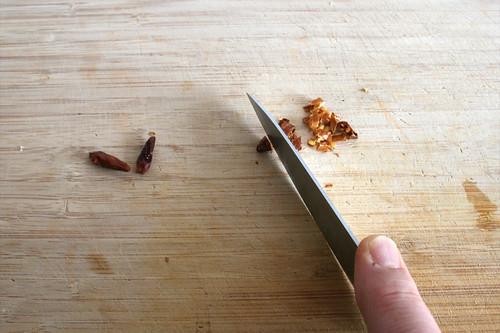 32 - Chilis zerkleinern / Mince chilis
