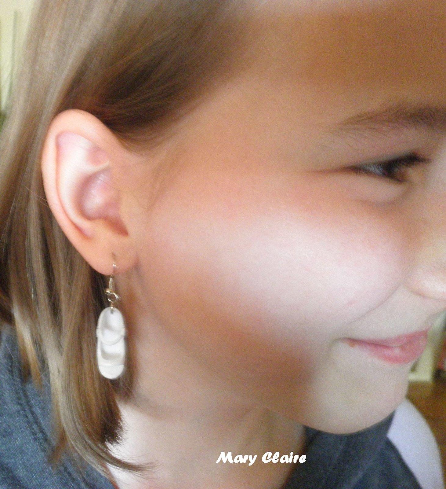 orecchini con scarpe bianche