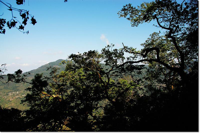 田良井步道西北望三地山