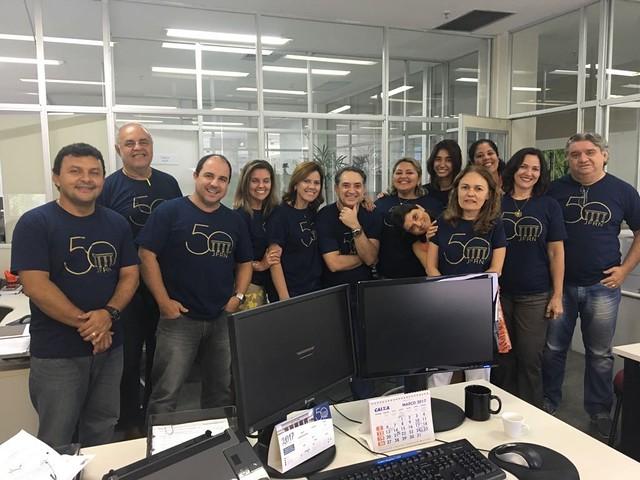 Imagens de Juízes e Servidores com a camiseta dos 50 anos da JFRN