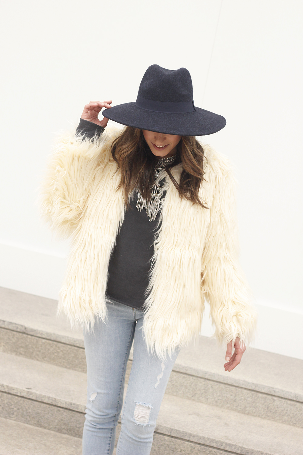 Faux Fur white coat jeans uterqüe heels navy hat coach bag style fashion03