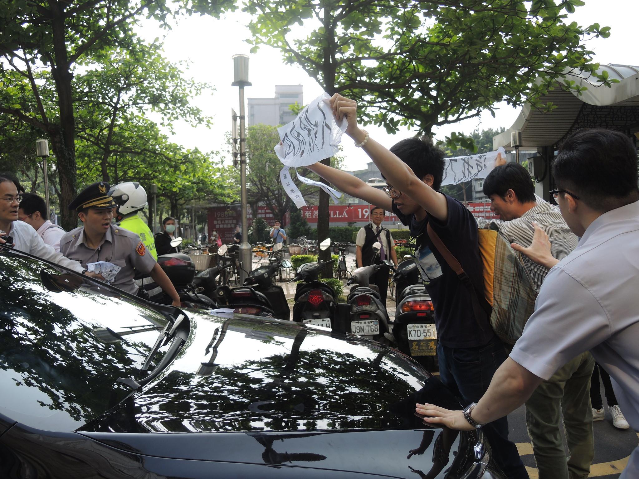 聲援者持續在巷子內阻擋林全車隊前進。(攝影:曾福全)