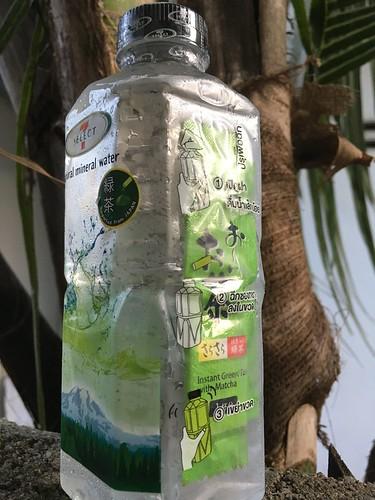 ミネラルウォーターとおーいお茶のセット販売 サムイ島