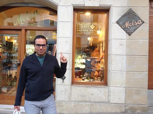 Nacho comprando longanizas en Melsa