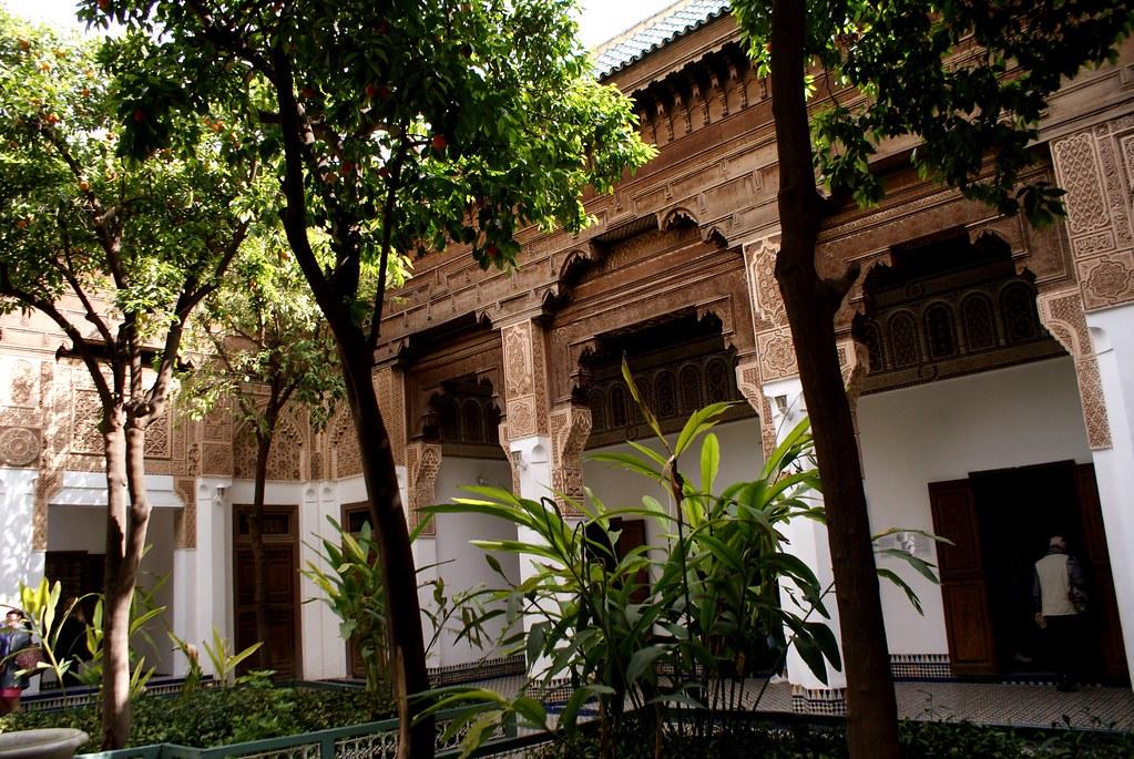 > Le Palais de Bahia à Marrakech avec le patio arboré typique des riads marocains.