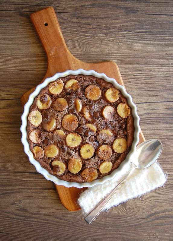 Banana and chocolate clafoutis / Clafoutis de banana e chocolate