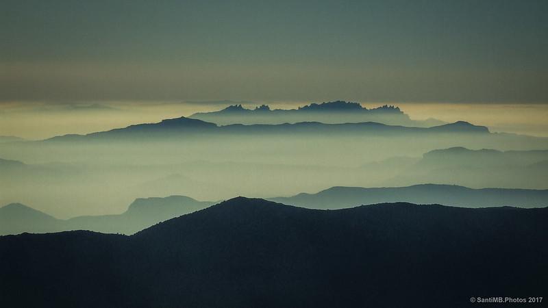 Montañas asomando sobre la bruma desde el Turó de l'Home