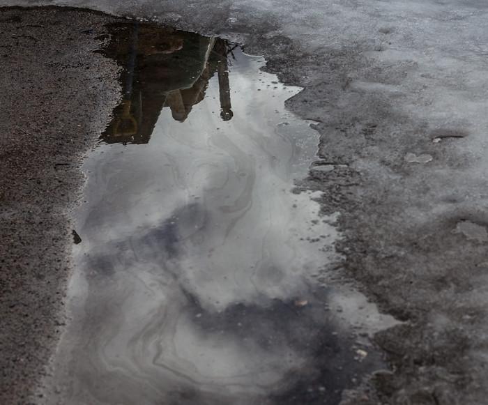 heijastus veden pinnalla sulava lumi_