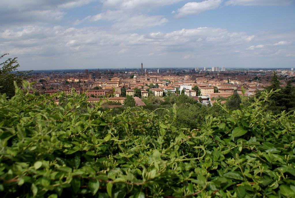 Vue panoramique sur Bologne depuis San Michele e Bosco au sud de la ville.