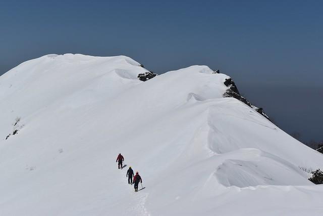 三ノ沢岳の雪の稜線をトラバース