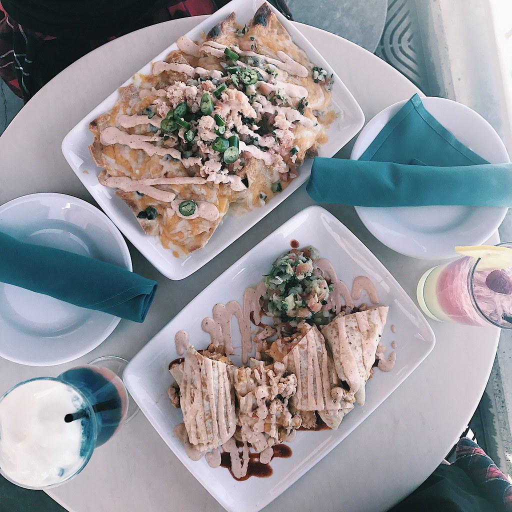 disney-happyhour-lobsternachos-disneyland-disneycaadventures-mickey-travel-lifestyle-foodie-hipster-clothestoyouuu-elizabeeetht